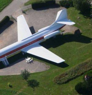 met de Auto naar het Vliegtuig dat een Hotel is